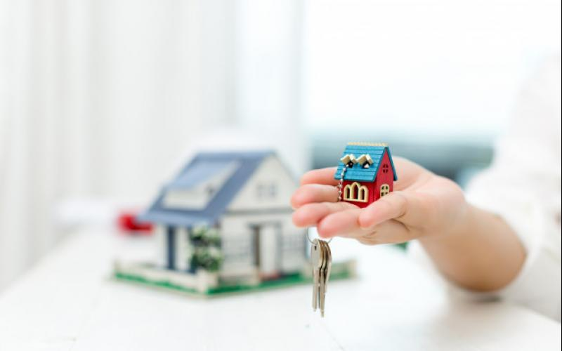 real_estate_agent_with_house_model_keys_1150_17813.jpg